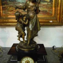 Pendule Horloge à Sujet Romantique Femme à La Quenouille Et Enfant