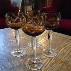 verres à vin en cristal de couleur taillé
