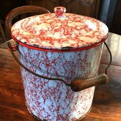Pot de chambre ancien en tôle émaillée