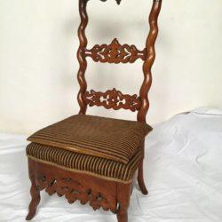 Chaise basse ou chauffeuse en bois naturel ajouré. XIXe