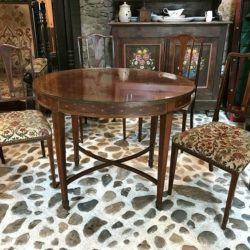 Table et 4 chaises acajou et placage, style anglais. XXe