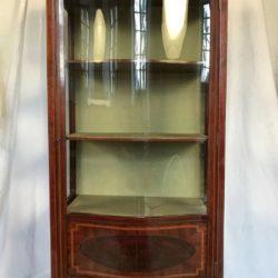Vitrine façade galbée acajou et placage d'acajou. XXe