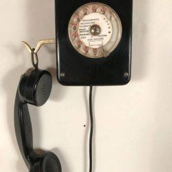 Ancien téléphone mural en bois noirci, administration