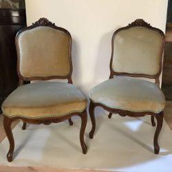 Paire de chaises en noyer sculpté de style Louis XV