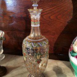 Adorable carafon en verre émaillé polychrome et or