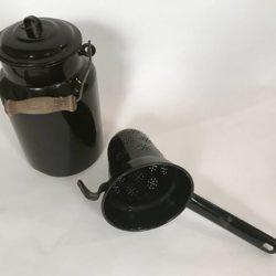 Peu courant : tôle émaillée noire, pot à lait et passoire