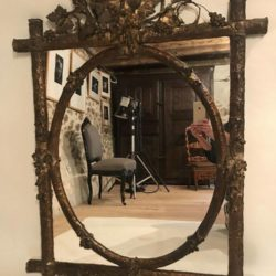 Miroir XIXe cadre bois stuqué et doré à décor de pampres de vigne