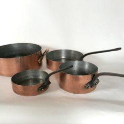 Série de quatre casseroles anciennes en cuivre. Poids total 25 kilos