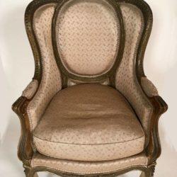 Bergère en confessionnal de style Louis XV  Bois sculpté, laqué et doré