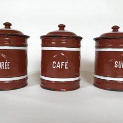 Série de trois pots couverts en tôle émaillée brune