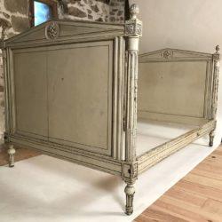 Ancien lit de style Louis XVI laqué gris / beige, rechampi bleu foncé XIXe