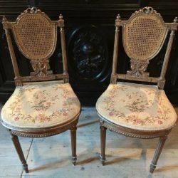 Paire de chaises de style Louis XVI bois doré.