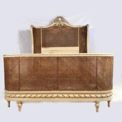 Très beau lit corbeille de style Louis XVI, laqué, canné. XIXe
