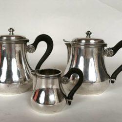 2 verseuses et 1 pot à lait en métal argenté
