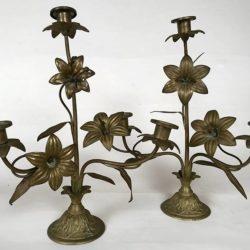 Paire de bougeoirs d'église en laiton, décor de fleurs