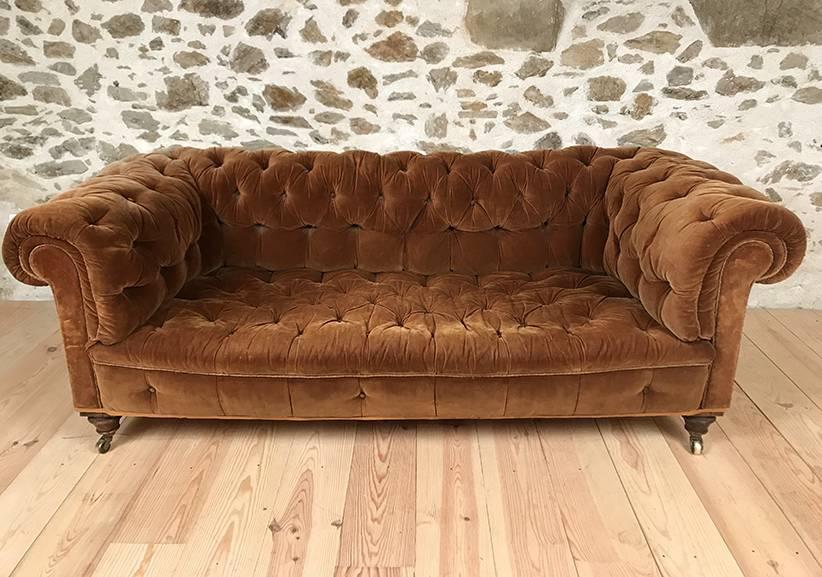 canap chesterfield ancien velours marron caramel les brocanteurs. Black Bedroom Furniture Sets. Home Design Ideas