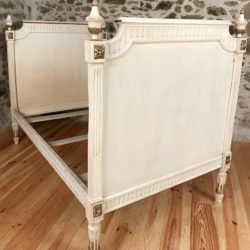 Lit époque Louis XVI bois relaqué blanc, rechampi or.
