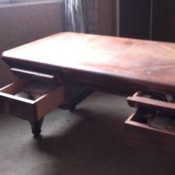 Bureau avec tiroirs ouverts