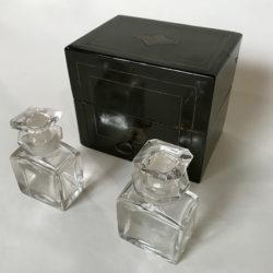 Coffret en bois noirci Napoléon III et ses deux flacons en cristal
