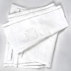 Grande nappe blanche brodée et ajourée.