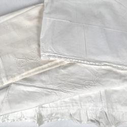 Lot linge ancien comprenant 2 housses d'édredon et un drap.