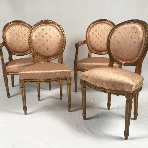 Ensemble de deux fauteuils et deux chaises de style Louis XVI en bois doré.