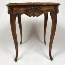Table de milieu de style Louis XV
