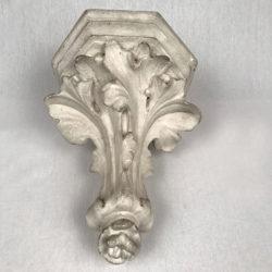 Console en plâtre fin XIXe  à décor de feuilles d'acanthe
